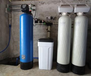 sistem de filtrare si purificare albastru si argintiu